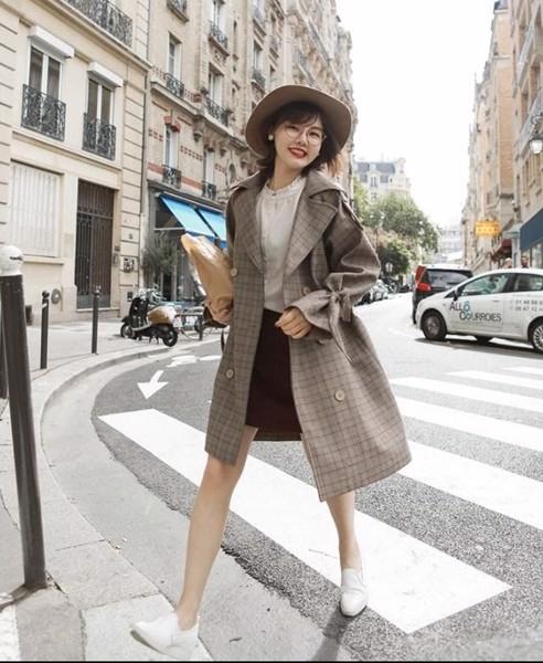 Hình 6- Áo khoác dạ, váy ngắn và giày thể thao sẽ giúp nàng sành điệu và phong cách hơn